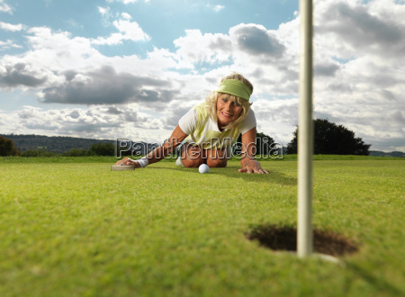 moden dame spille golf