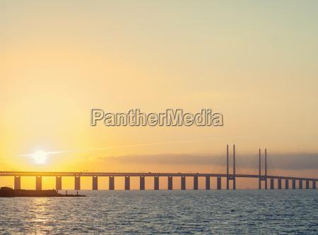 solnedgang over Oresunds broen mellem kobenhavn