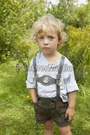 portraet af trist dreng med ridset