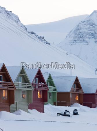 farverige huse linje gaderne i longyearbyen