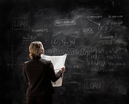 forretningskvinde ved tavle bedrift avis