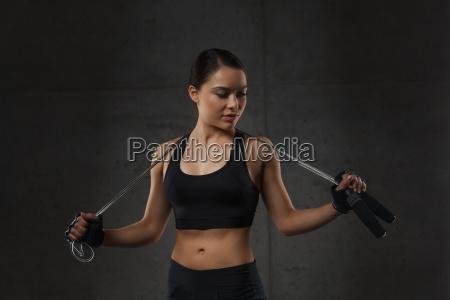 ung sporty kvinde med hoppe reb