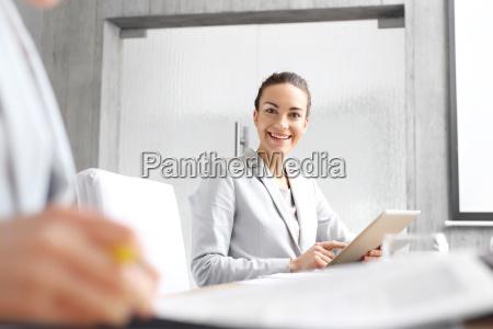 forretningskvinde i office arbejde pa kontoret