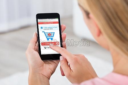 kvinde shopping online ved hjaelp af