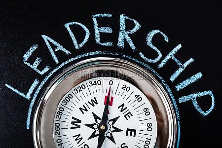 kompas med lederskab tekst