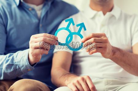 naerbillede af glad mandlige homoseksuelle par