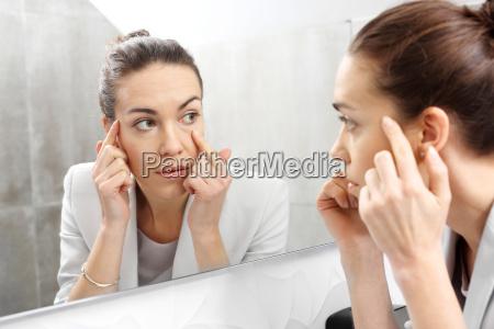 spejl kvinden ser ud i spejlet