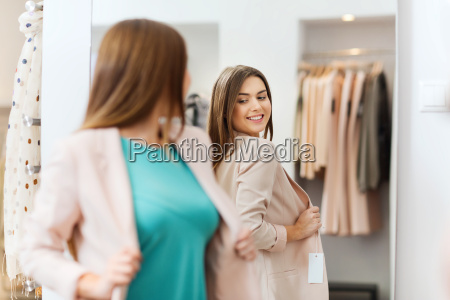 lykkelig kvinde poserer pa spejlet i