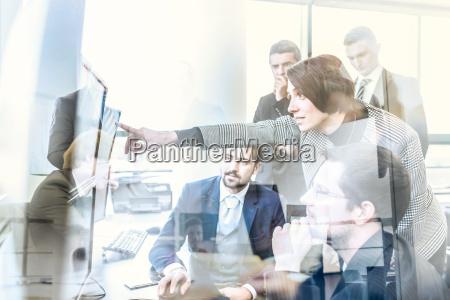 forretnings team der arbejder i virksomhedens