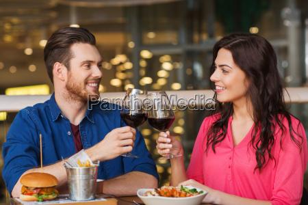 happy couple spisning og drikke vin