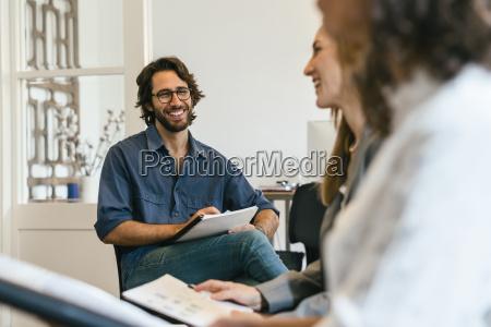 kontor fnise smiler konferencerum praesentation arbejdsplads