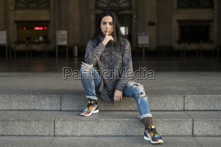 ung kvinde sidder pa trapper skyller