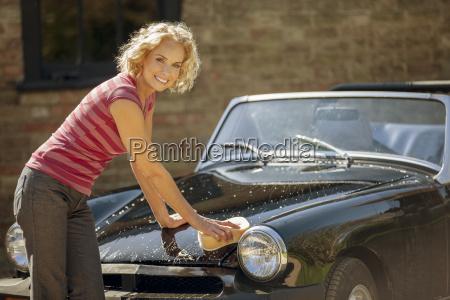 en moden kvinde vasker en klassisk