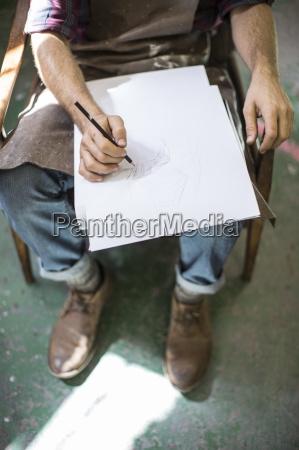 mand tegning i skitse bog