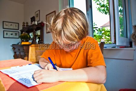 dreng gor sit hjemmearbejde til skole