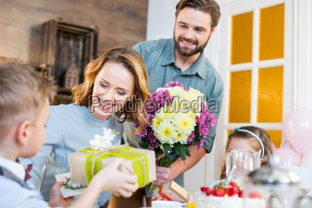 donna dolci fiore fiori figlio caucasico