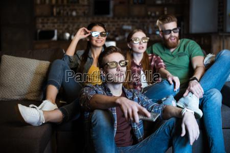 unge venner i 3d briller ser