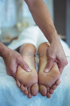 fysioterapeut giver fodmassage til en kvinde