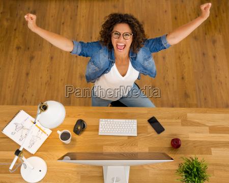 kvinde kontor skrivebord fejre fejrer fejrende