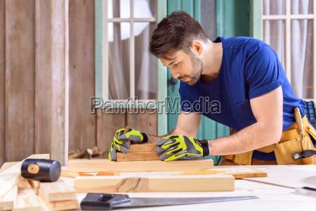 sidevisning, af, tømrer, i, beskyttelseshandsker, ved - 20449035