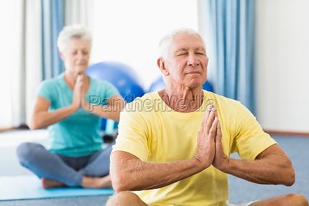 seniorer der udforer yoga