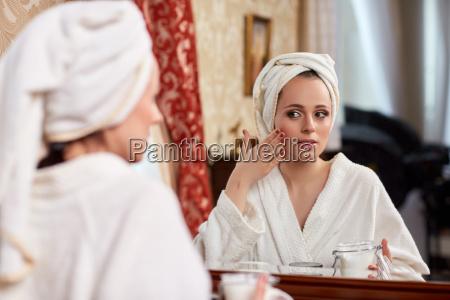 ung kvinde med kosmetisk creme