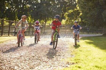 fire born pa cykeltur i landskabet