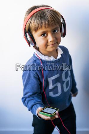 little boy lytter til musik af