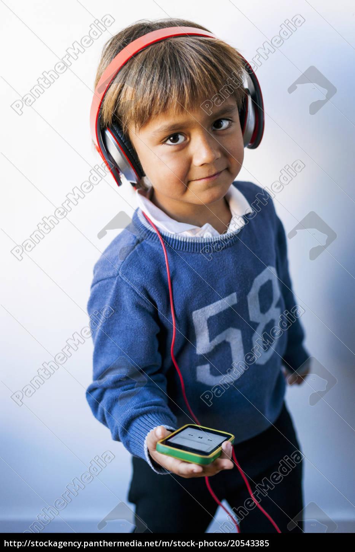 little, boy, lytter, til, musik, af - 20543385