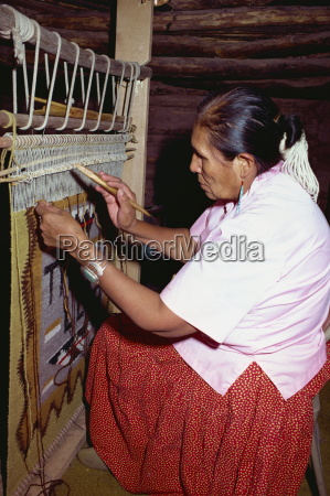 navajo indisk kvinde vaevning pa en