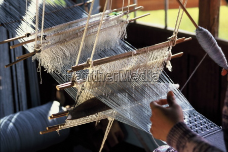 weaving cotton fabrics on a traditional