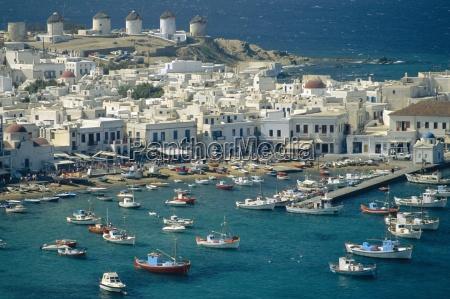 lufthavnen og byen mykonos med vindmoller