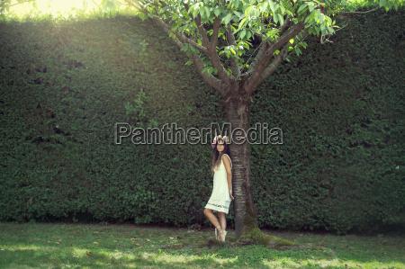 pige i haven med en krona