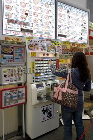 kvinden kober maltid billetter fra en