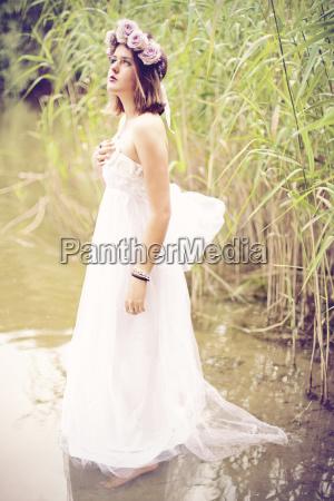 kvinde ifort brudekjole og blomst krone
