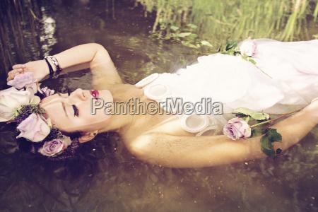 portraet af ung kvinde ifort brudekjole