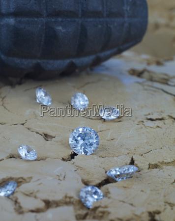 diamanter pa jord med handgranat i