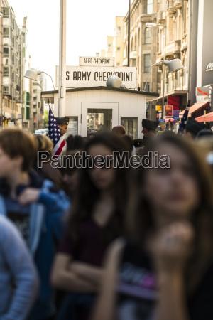 tyskland berlin crowd pa checkpoint charlie