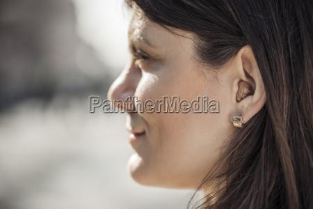 ung kvinde med horeapparat naerbillede