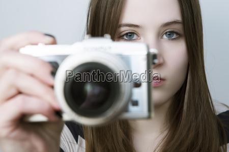 portraet af teenage pige holde digitalt