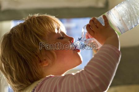 pige drikkevand fra flaske taet pa
