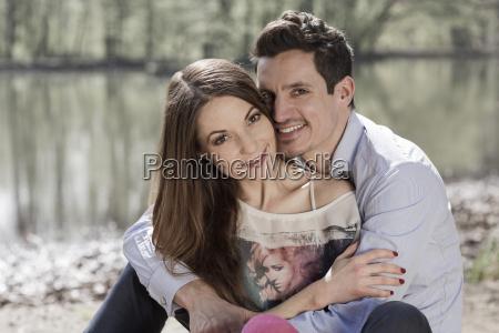 portraet af happy couple sidder naer