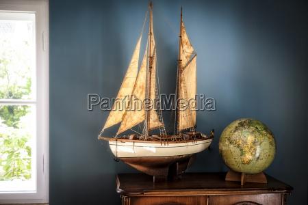 hjem interior med vintage skib model