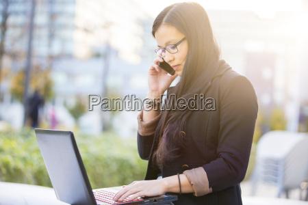 ung forretningskvinde med baerbar computer der