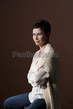 portraet af kvinde med krydsede arme