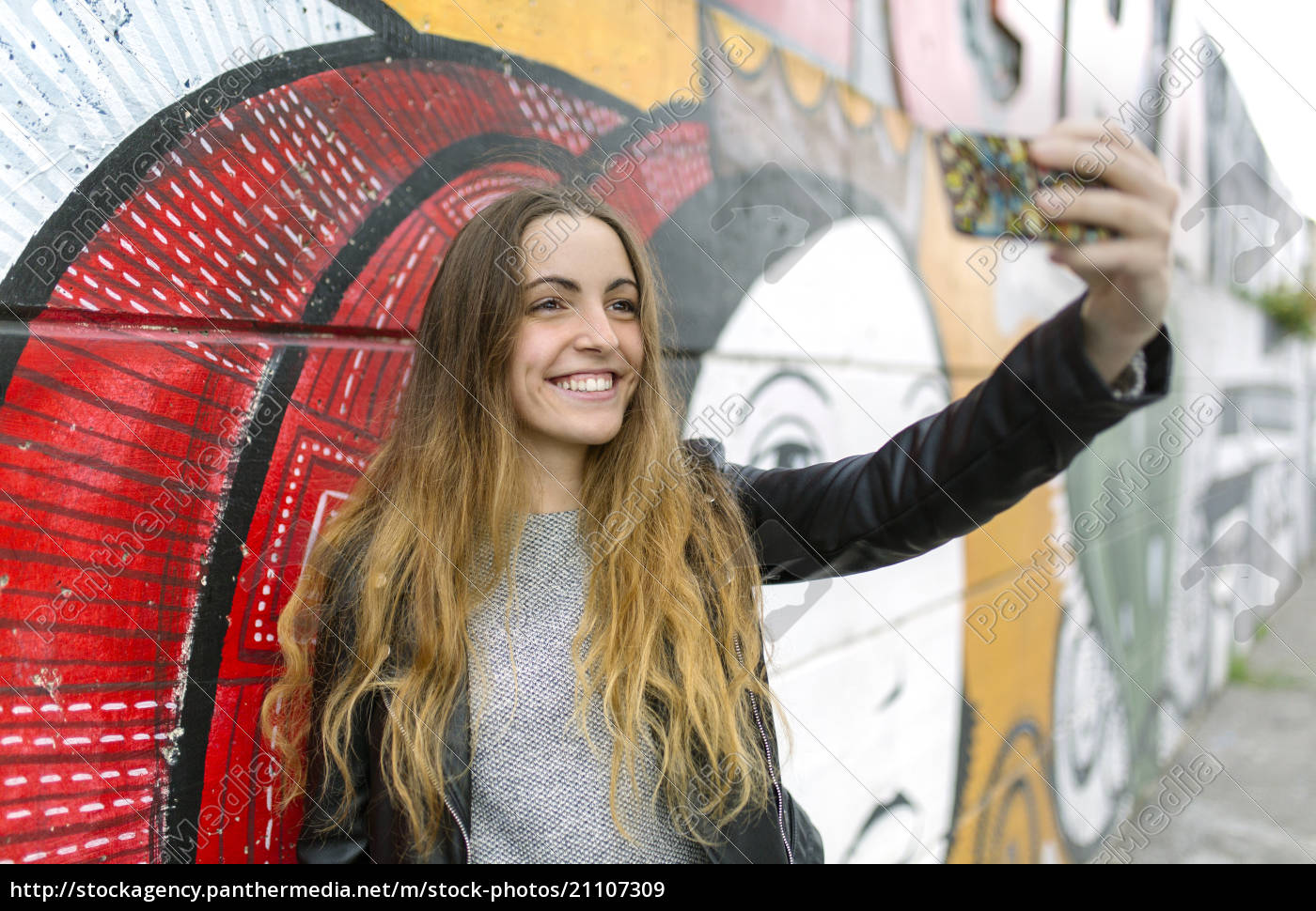 smilende, teenage, pige, tager, en, selfie - 21107309