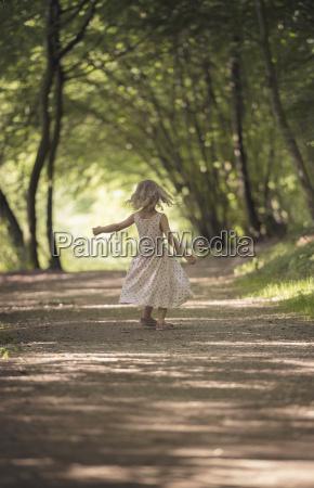 lille pige danser pa skovspor
