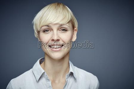 portraet der laechelnden blonden frau vor