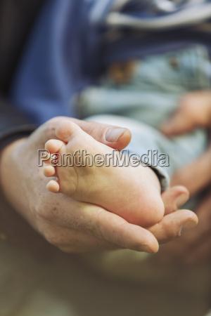 far holder foden af sin lille