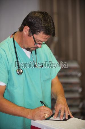 laege medic skrive skriver skrivende skrev